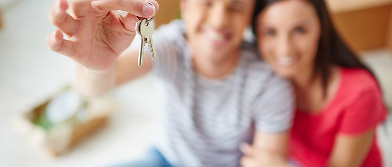 mladi par, stan, ključ