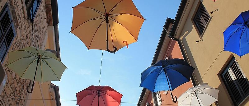 Novigrad, fasada, kišobrani