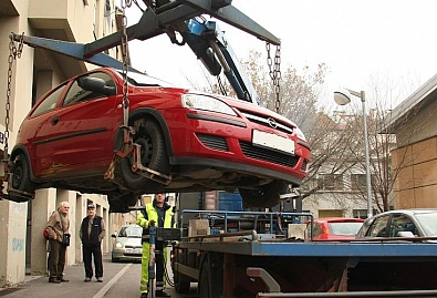 PARKING ZGRADE ILI GARAŽA - Želite pozvati 'pauka' jer vas je zablokirao nečiji auto? Možete se 'slikati'...